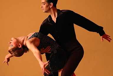 couple-latino-dancing